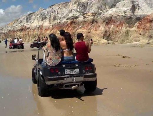 Diversão no passeio de buggy na praia