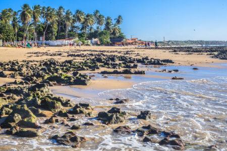 Paracuru, praia, mar e coqueirais ao fundo