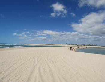 Areias claras e mar azul piscina em Águas Belas