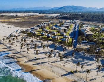 Vista aérea de um condomínio frente ao mar em Cumbuco