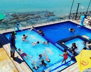 Piscinas adulto e infantil na barraca Encontro das Águas